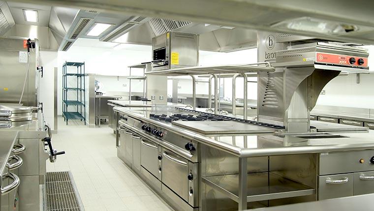 Khu bếp công nghiệp được thiết kế khoa học và sang trọng.